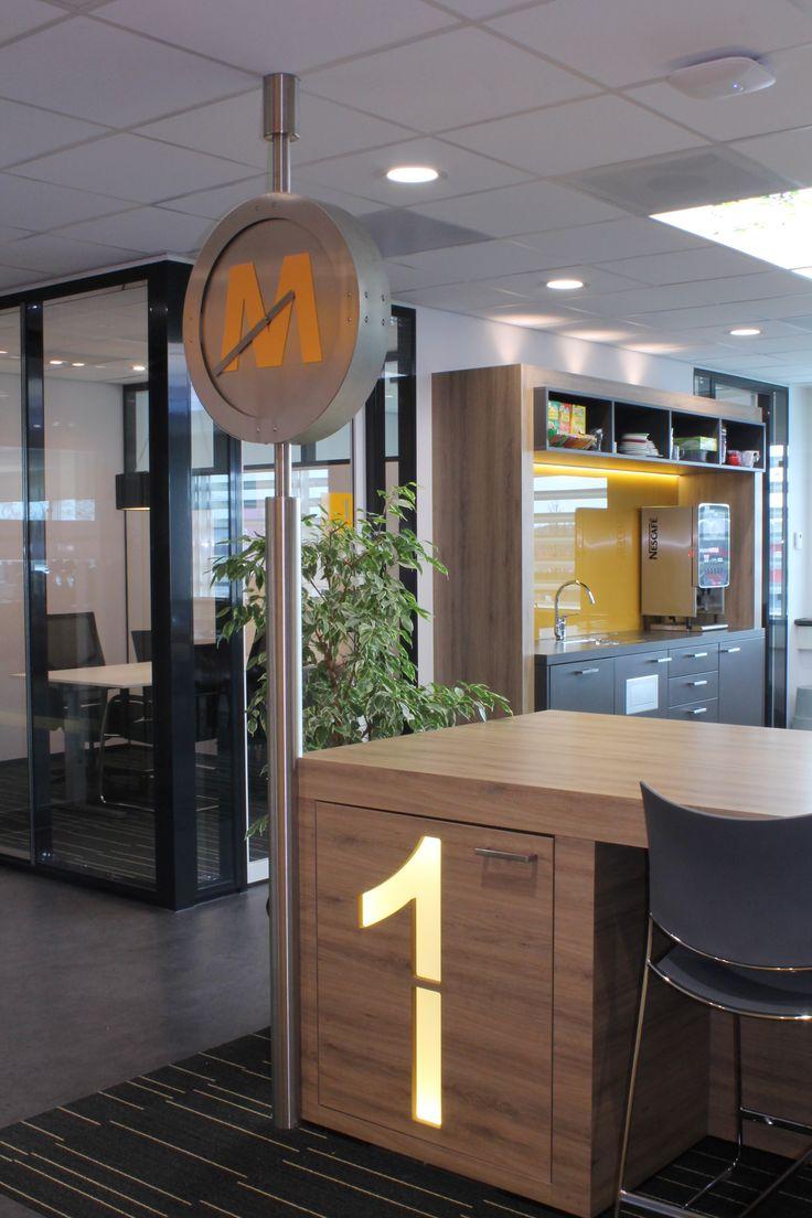 """Sinds medio 2013 is het hoofdkantoor van Pluryn gevestigd in Nijmegen. Het 4 verdiepingen tellende bedrijfspand is aan de binnen- en buitenzijde volledig gerenoveerd en geschikt gemaakt voor """"het nieuwe werken"""". Het ontwerp is van Eric van Beuningen van Croonen architecten. Hubbers interieurmakers heeft het beeldbepalende vaste meubilair mogen maken: de ontvangstbalie, uitgiftebalie met achterkasten in het Grand café, een aantal pantry's en overlegmeubels voor de verschillende meeting…"""