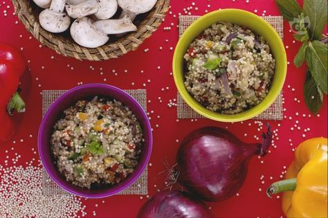 La quinoa con verdure è un piatto vegetariano ricco e facile da preparare, con zucchine, peperoni e funghi saltati diventa anche un ottimo contorno