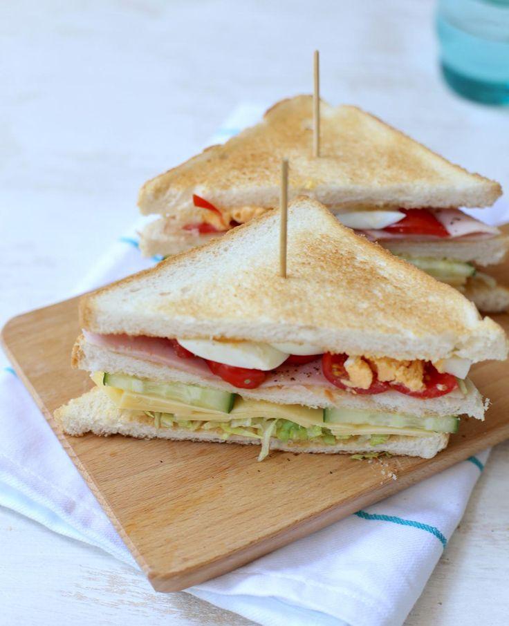In menukaarten van restaurants zie je 'm vaak, de clubsandwich. Een torenhoog broodje. Je kunt 'm ook zelf maken. Lekker en gezond. Eet smakelijk!
