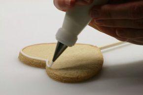 Cómo hacer galletas decoradas con glasa real , Cómo decorar galletas con glasa real. Te enseñamos a hacer glasa real de delineado y de relleno y te explicamos a hacer galletas decoradas paso a paso.