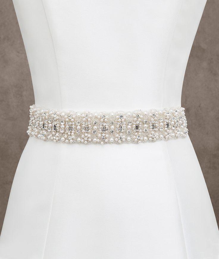 Um cinto que não passa despercebido, com um belo desenho formado por pedraria, prata e pérola, criando um cinto ideal para acompanhar o seu vestido.