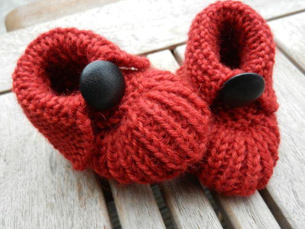 Hier verkaufe ich ein Paar süße, rote Babyschühchen mit einem schwarzen Lederknöpfchen!   Ein passendes Geschenk beim ersten Besuch beim kleinen Erdenbürger