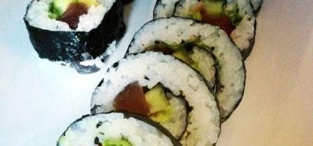 Futomaki sushi with tuna, avocado, cucumber en lettuce!