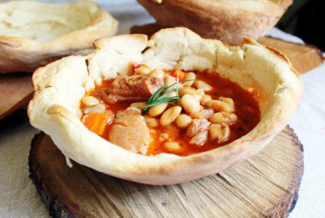 Retete Culinare - Ciorbă de fasole boabe cu ciolan servită în pâine