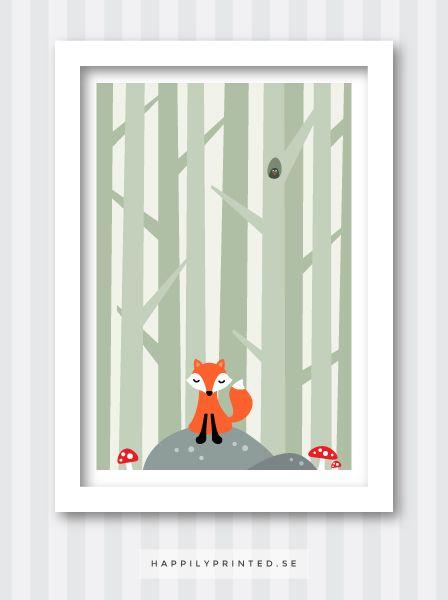 Barntavla föreställande en liten räv på en sten i skogen. Bredvid honom är röda flugsvampar och i bakgrunden rader av träd. Mjuka neutrala färgtoner. I ett träd sitter en liten fågelunge och kikar ut. Dekor till barnrum