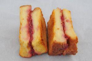 写真:フレンチトーストに自家製フランボワーズジャムをはさんだパンペルデュ・フランボワーズ