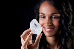 巨大すぎて売れないダイヤの原石(1109カラット,希望価格77億円)