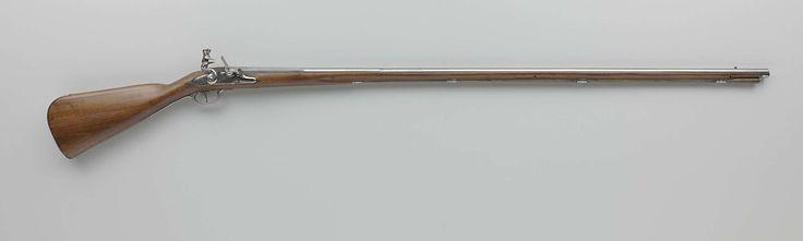 Cornelis Coster | Vuursteenjachtgeweer, Cornelis Coster, c. 1660 | De slotplaat is gegraveerd met menselijke figuren, bladerranken en een signatuur. De loop is voorzien van een vergulde, geelkoperen korrel. De kolf is eenvoudig gesneden met onder meer een blad. Het ijzeren beslag bestaat onder andere uit vier laadstokkokers, een ajour bewerkte en gegraveerde schroefplaat in de vorm van een heraldisch embleem van een schild gedragen door engelen en geblazoeneerd met een klein schild in het…