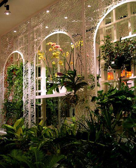 Διάτρητη μεταλλική κατασκευή με καθρέπτες για την έκθεση λουλουδιών σε ανθοπωλείο. Δείτε περισσότερα έργα μας στο  http://www.artease.gr/interior-design/emporikoi-xoroi/