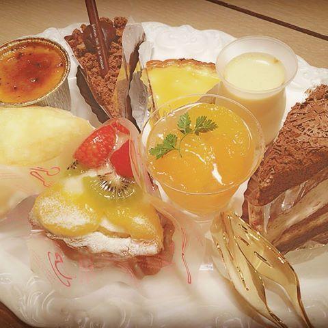 ・ハラダのパン - 神戸市  ・  原田パンにはケーキもあります。  パティシエが作る美味しいケーキです。  ・  ・  種類も豊富で季節のケーキもあります。  ・  ・  そして嬉しいのが、  ケーキセット500円。  とってもお財布に優しいですよね。  ・  ・  買い物帰りの休憩に  ティータイムに  お誕生日のケーキに  ぜひご賞味くださいませ。  ・  ・   #原田パン #ハラダパン #原田のパン #ハラダのパン #老舗のパン屋 #神戸 #神戸市 #長田 #長田区 #長田商店街 #パン屋 #ケーキ #ケーキセット #美味しい #ティータイム #誕生日ケーキ #お財布に優しい #シンプルにおいしい
