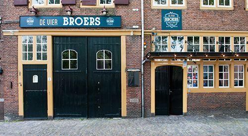 De Vier Broers | Beer & Grill Lieve vrouwe Plein Amersfoort. Zomers met groot terras op het plein en aan de achterzijde.