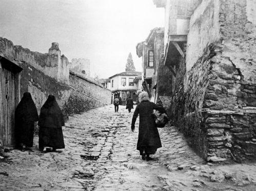 Στις ανηφόρες της Άνω Πόλης, το 1916.