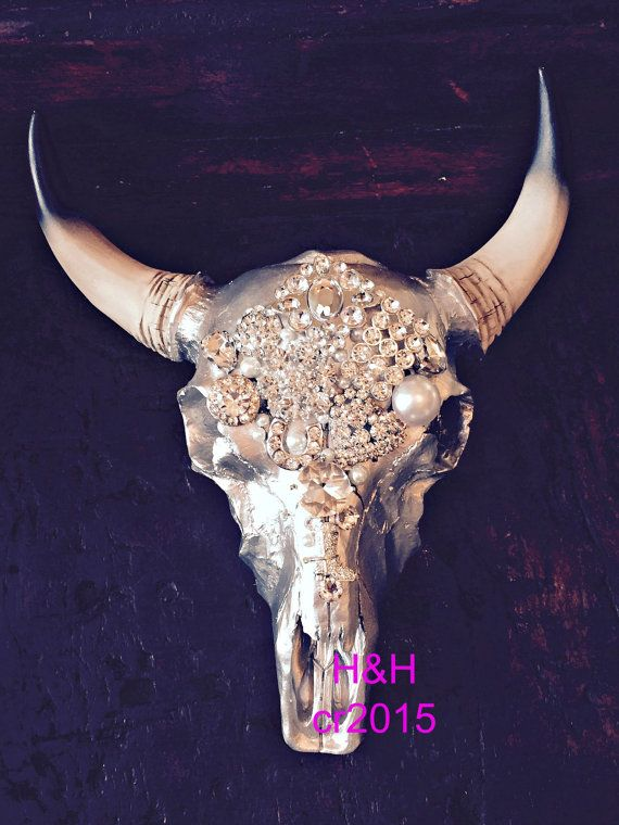 Prachtig verfraaid Stag hoofd koe schedel home decor met de hand geplaatst nieuwe en vintage broches, parels en Swarovski kristallen