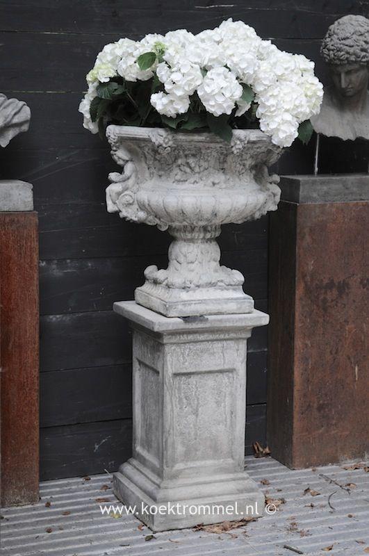 barokke tuinvaas op sokkel