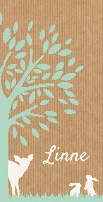 Linne is een langwerpig meisjes geboortekaartje met een speelse afbeelding van een boom, lief hertje en konijntjes in pastel mintgroen en offwhite op een kraft karton look achtergrond.