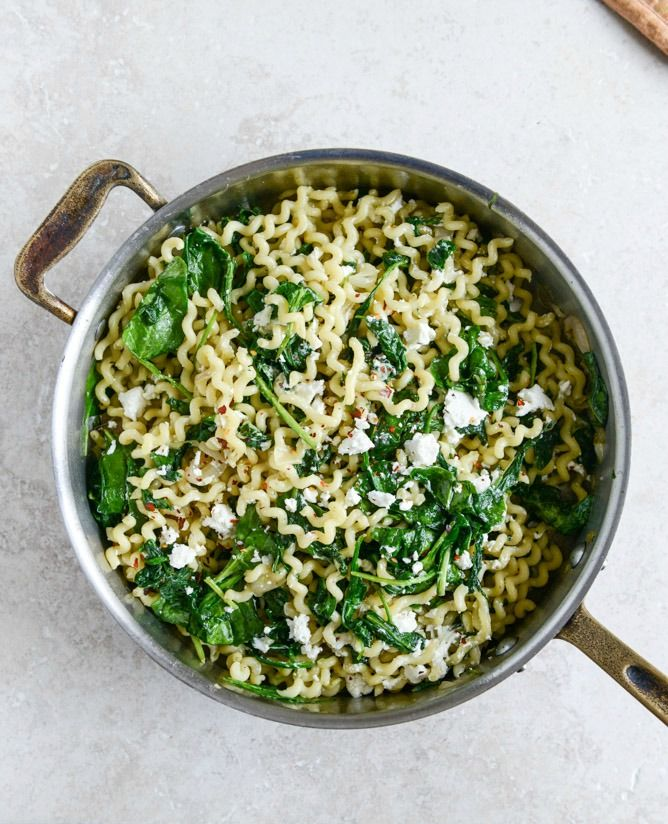30 Minute Caramelized Shallot, Spinach and Goat Cheese Garlic Butter Pasta I howsweeteats.com