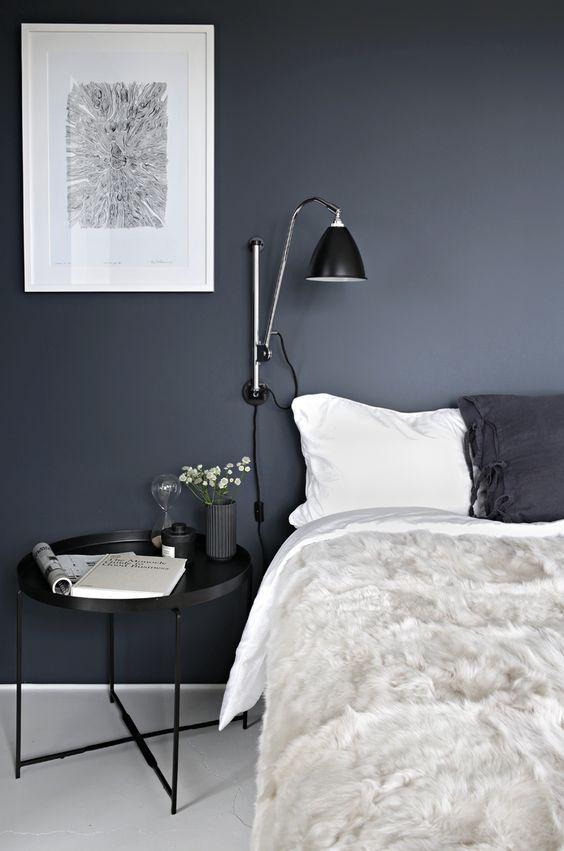 Não há dúvida que uma casa clarinha é a aposta certa para qualquer estilo de decoração. Mas, pensar em alguns cômodos da casa para terem um clima diferente, com alguma (s) parede (s) em tom mais es…
