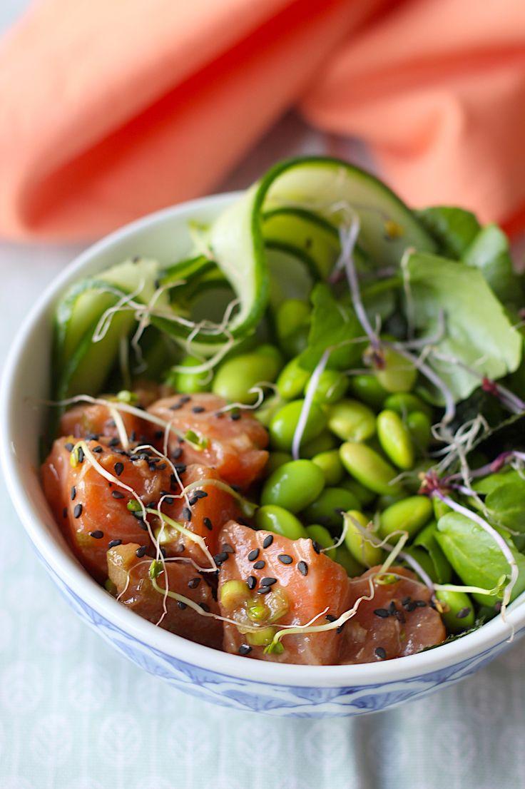 In dit poké bowl-recept zijn de blokjes zalm gemarineerd met knoflook, gember, soja en sesamolie, zalige combinatie met de avocado en komkommer // Francesca Kookt