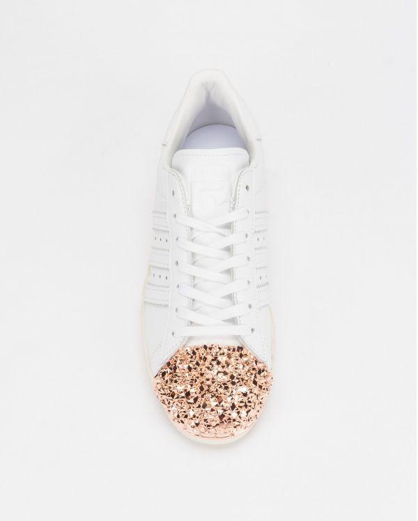 Adidas Superstar 80s 3D Metal Toe BB2034, uma sapatilha para mulher em pele branca com palmilha em tecido e sola de borracha.