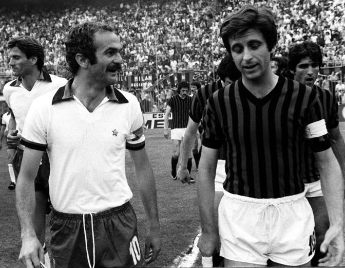 Gianni Rivera, a destra, con Sandro Mazzola: bandiere, rispettivamente, di Milan e Inter. Ap