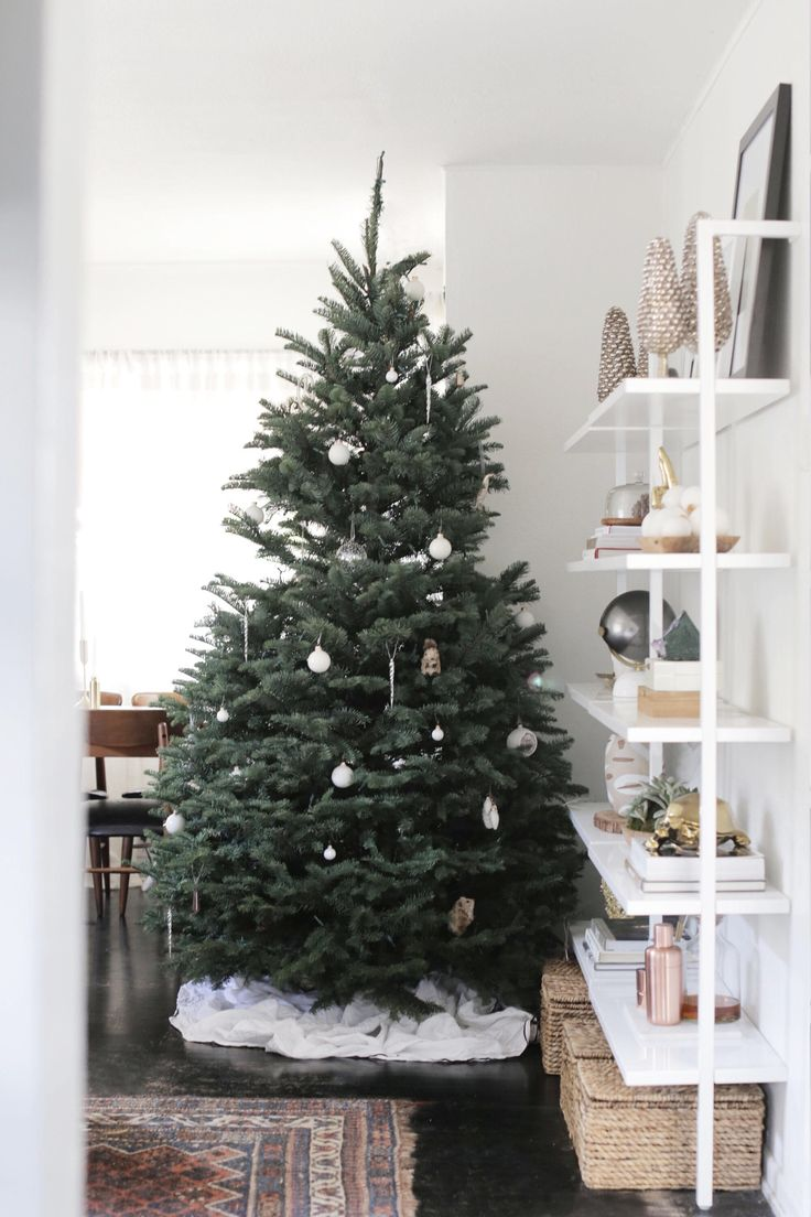 Non traditional christmas tree ideas - 25 Best Ideas About Modern Christmas Trees On Pinterest Modern Christmas Modern Christmas Decor And White Christmas Tree Decorations