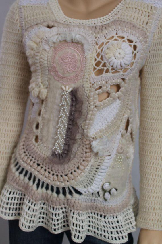 Dieser Pullover in Freeform-Technik durchgeführt, mit Wolle, Mohair, Alpaca, Baumwolle, Filz, Elemente, Spitzen-Perlen. Größe s-m Büste: 88-96 cm