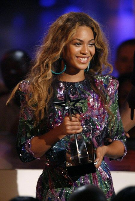 Female R&B Singers | Singer Beyonce smiles after winning the Best Female R&B artist award ...