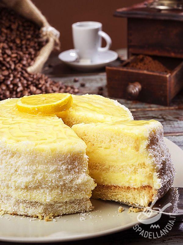 TORTA ALLA CREMA DI LIMONE E COCCO La Torta alla crema di limone e cocco è un vero concentrato di gusto e bontà! Buonissima al palato ma anche scenografica da portare in tavola! #tortacrema #tortaalcocco