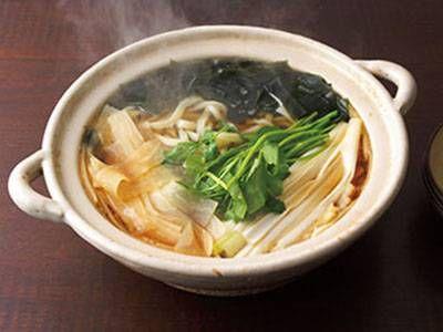 大根うどん鍋レシピ 講師は野崎 洋光さん|たっぷりの野菜と海藻を入れた、体にやさしいうどん鍋です。うどんに合わせて薄く、長く削った大根の食感が新鮮です。