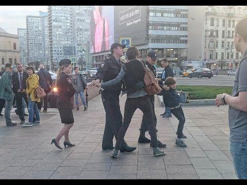 """Полиция схватила 10-летнего ребенка за чтение """"Гамлета""""! Это Москва, детка! - YouTube"""