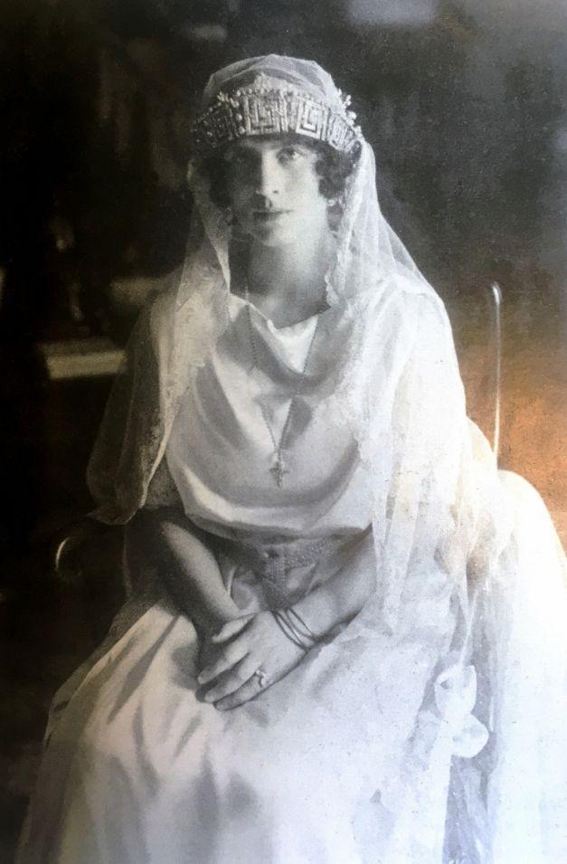 Regina Elena a Greciei s-a căsătorit cu viitorul rege Carol al II-lea din convenienţă, dar cu încrederea că va avea o căsnicie liniştită. N-a fost să fie. S-a rupt mariajul, s-au rupt relaţiile amiabile şi nu a rămas decât un lung şir de contre pentru a câştiga afecţiunea singurului lor fiu, regele Mihai.