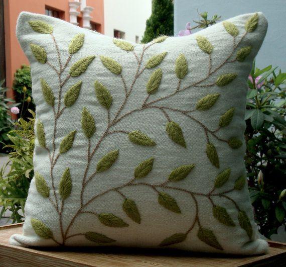 Almohadon hojas bordadas