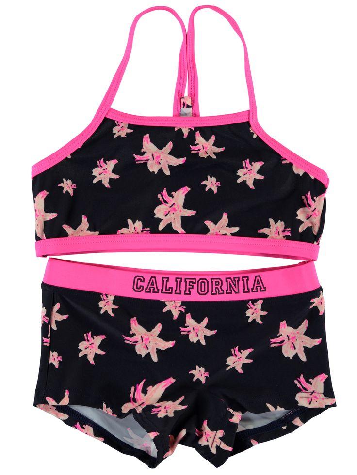 Meisjes bikini NITZEBRA van het kinderkleding merk Name-it  Een donker blauwe bikini met fluo roos afgewerkt. De bikini heeft een bloemen print en op de roze boord de tekst California