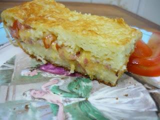 Torta de Arroz  Bata no liquidificador 2 xícaras de (sobras, oba!) de arroz, 2 ovos inteiros, 2 xícaras de leite, 1/2 xícara de óleo (usei o de canola), sal e pimenta à gosto. Acrescente salsinha e pulse levemente.
