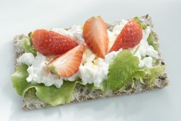 Need to fuel up for a run? This article suggests snacks that mix protein and carbohydrates.