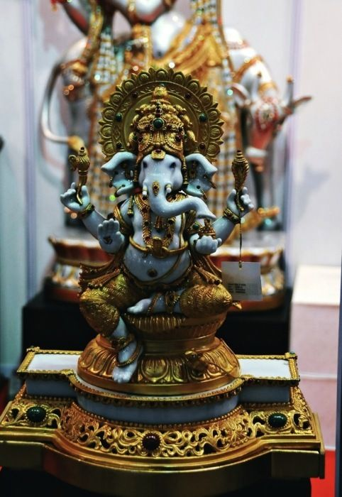 HOW TO USE THE GANESHA MANTRA Chant it several times a day, first thing in the morning and last thing at night. At the same time visualize your prosperity wishes becoming manifest. Here's the phonetic pronunciation of the mantra. Phonetic Pronunciation Om (ooomm rhymes with home) Shri (shhhhree rhymes with tree) Ganeshaya (gone esh eye ah) Namah (naaamaaah)