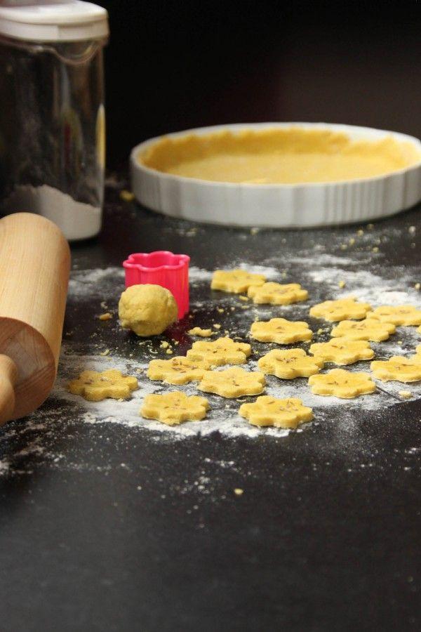 Recette de pâte pour petits biscuits ou fond de tarte salés sans gluten sans oeufs sans lait  •120 g de farine de riz •60 g de fécule de maïs •2 cc rase de curry •60 g de flocons de pois chiches •1 c. à café de sel aux herbes •40 g de purée d'amande blanche, complète ou toastée •15 cl d'eau bouillante Pour la déco des biscuits : •huile d'olive •graines de cumin