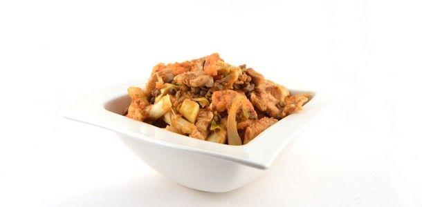 Deze Thaise kipcurry met bloemkool en linzen is een simpel, snel en gezond recept. Super pittig, dus let op. Wees voorzichtig met de hoeveelheid curry paste.