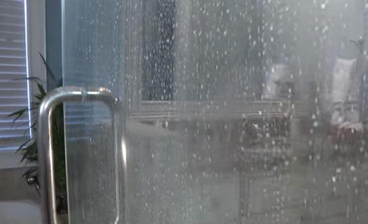Heb jij glazen deuren of wanden in je badkamer? Met DEZE tip zorg je ervoor dat er geen kalkaanslag op komt!