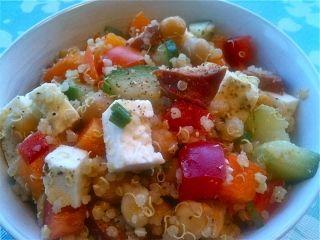 Salade de quinoa aux légumes, chorizo et feta #recettesduqc #repas #quinoa #lunch