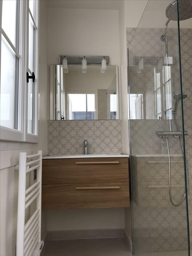 Salle de bain aux tons naturels. Beige et blanc. Le chic intemporel