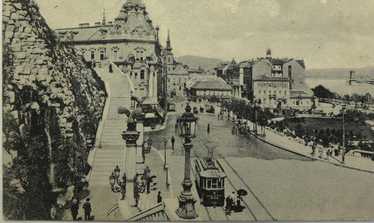 a Gellért-szobor díszlépcsőjének északi ága, háttérben a Czigler Győző tervezte Döbrentei téri sarokpalota (1940-ben lebontva) | Forrás:képeslap