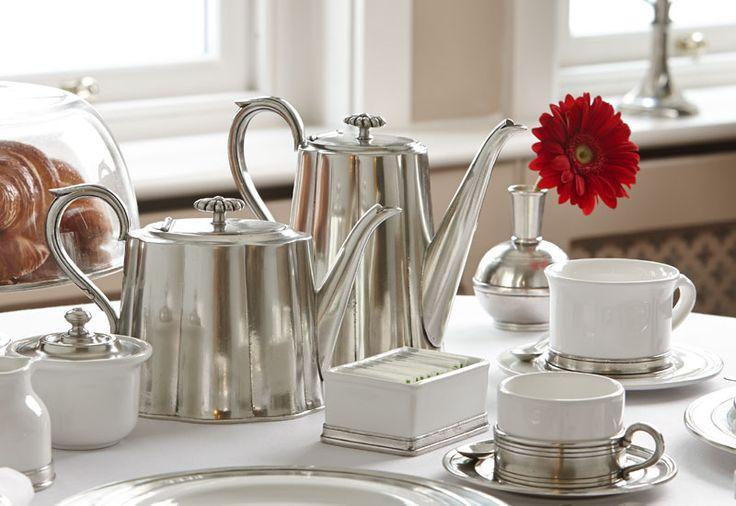 Per chi si concede una ricca colazione fra le pareti domestiche, il momento del caffè è un rituale da gustare con gli indispensabili accessori: servizi di tazzine, teiere, zuccheriere, lattiere...