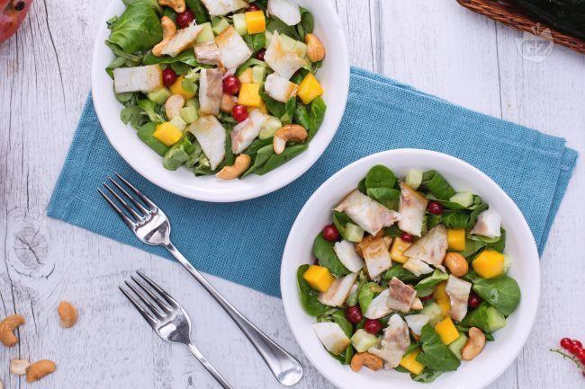L'insalata di branzino affumicato con mango e frutta secca è un intrigante antipasto  a base di ribes, mango, songino e branzino per un mix unico!