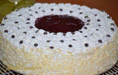 Tort cu crema de iaurt si capsuni