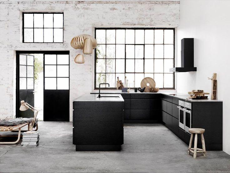 reforma cocina, minimalista, de muebles bajos de color oscuro, con isla central para fregadero, suelo microcemento