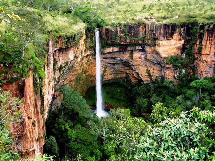 Salto Véu de Noiva, cidade da Chapada dos Guimarães com 86 m de queda livre, no Mato Grosso.