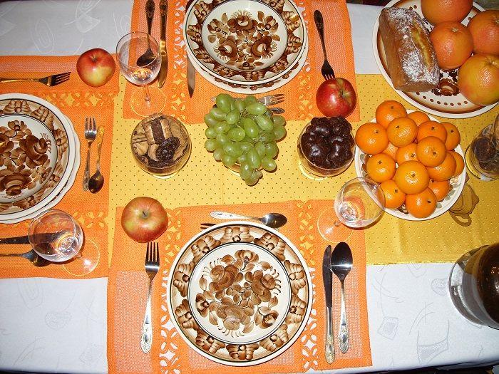 A może spodoba Wam się dekoracja przypominająca Świętego Jana Bosko? Pochodził z Włoch, stąd w środku zimy ciepłe kolory i owoce. To stół nakryty z okazji imienin Jasia w dniu jego Patrona.