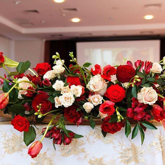 Кремовые розы смягчают пламя огненных тюльпанов, роз и винного цвета альстромерии. Гармония и страсть в композиции на стол молодожёнов. Заказ оформления по телефону 📞 89653004704 #свадьбавмоскве #свадьба2017 #свадебнаяфлористика #флористнасвадьбу #оформлениесвадьбы #букетнасвадьбу #украшениезала #композициинасвадьбу #композицияизцветов #свадебноеонформление #украшениесвадьбы #свадебныйдекор #partydecor #floraldesign #floralarrangement #eventflowers #instaflowers #flowerdecorarion…