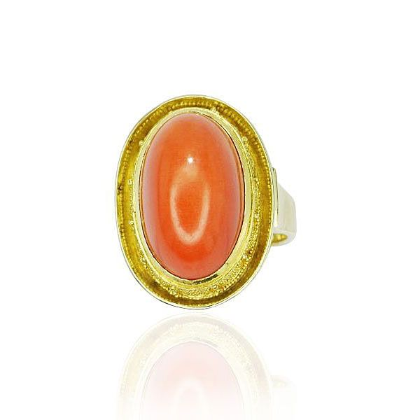 Gelbgoldring mit Korallencabochon und granulierter Fassung Attraktive Farbe in noblem Design  Der Gelbgoldring mit Korallencabochon ist in einer granulierter Fassung gehalten, was dem Ring eine edles Aussehen verleiht. Die Ringschine in 14 kt Gelbgold ist glänzend poliert und verjüngt sich im Verlauf nach unten ganz leicht. #Schmuck #Schmuckboerse #vintage #koralle #diamant #ring http://schmuck-boerse.com/ring/141/detail.htm